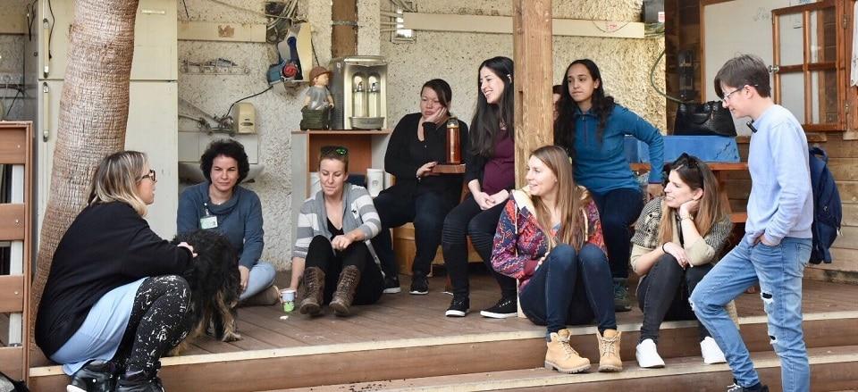 קבוצת סטודנטים בסיור מקצועי לכלבנות טיפולית