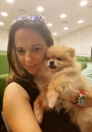 מאיה פרנקו מנהלת מרכז אילוף כלבים מאי דוג עם הכלבה קיקי, טיפול בעזרת כלבים