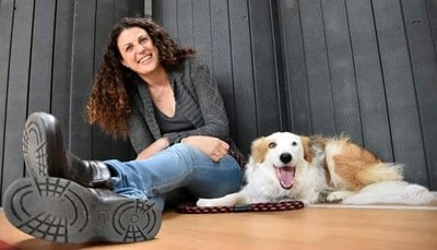 מדריכת כלבנות טיפולית ליד הכלב שלה