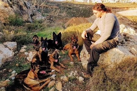 מיכה מדריך קורס ספרות כלבים עם כלבי זאב
