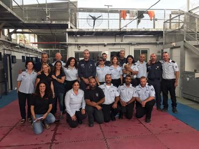 תמונה קבוצתית של מסיימי הקורס כלבנות טיפולית בשירות בתי הסוהר