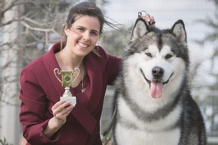 שירלי מדריכת קורס ספרות כלבים, מאלפת כלבים עם כלב האסקי וגביע