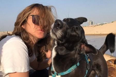 תמונה של מדריכה עם כלב ליד הים