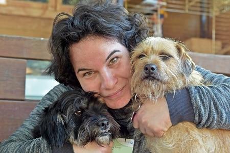 מטפלת באמצעות בעלי חיים מדריכה בקורס כלבנות עם שני כלבים