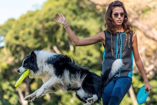 אלינור מדריכה בקורס מאלפי כלבים עם כלב