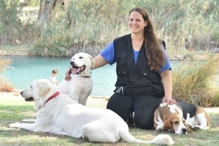 מדריכת כלבנות טיפולית אלינור עם 3 כלבים