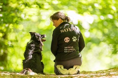 סמינר הרחה לכלבים. מדריכה מדנמרק עם כלב